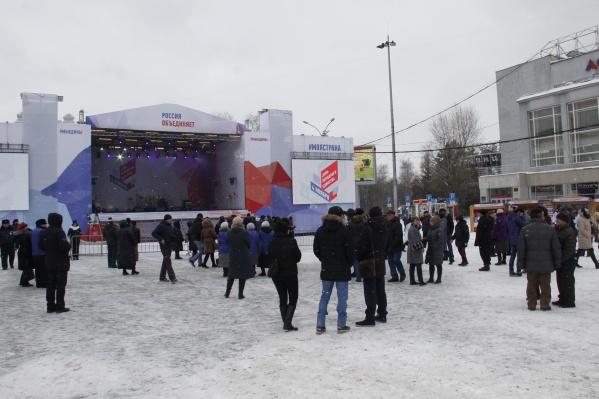 К моменту начала праздника на площади собрались уже несколько десятков человек