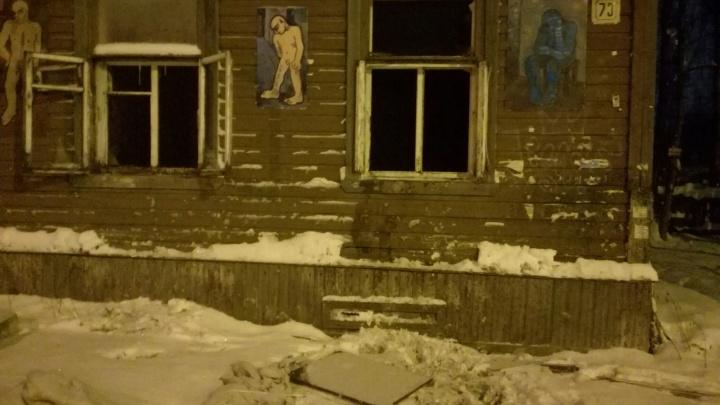 В Архангельске горели двухэтажный дом и автомобиль