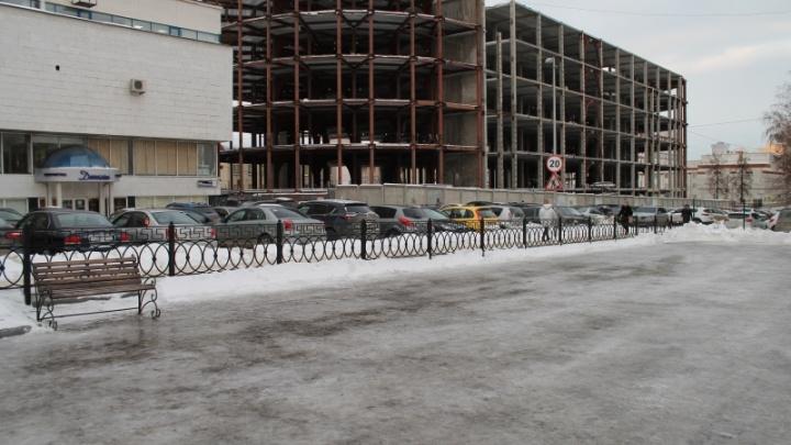 Белый снег, серый лёд. В центре Челябинска сделали каток, но выглядит он непразднично