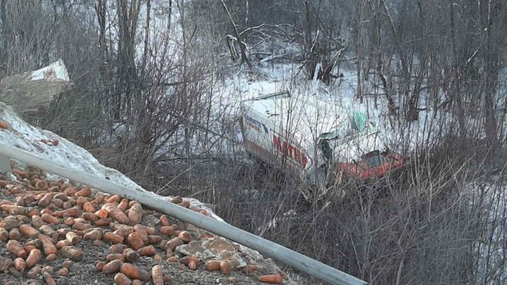 В ГИБДД назвали причину ДТП на М-5 в Челябинской области, где фура с морковью врезалась в три машины