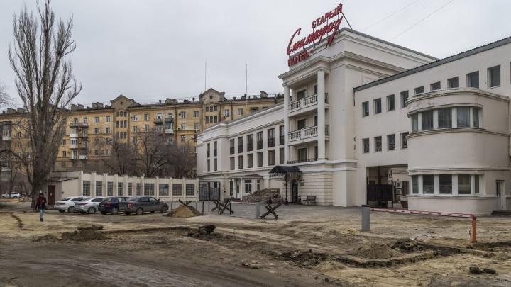 «Ходим, как по минному полю»: центр Волгограда у гостиницы «Старый Сталинград» захлебнулся в грязи