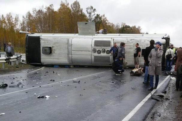 Вдвое выросло число пострадавших в аварии с опрокинутым на трассе автобусом