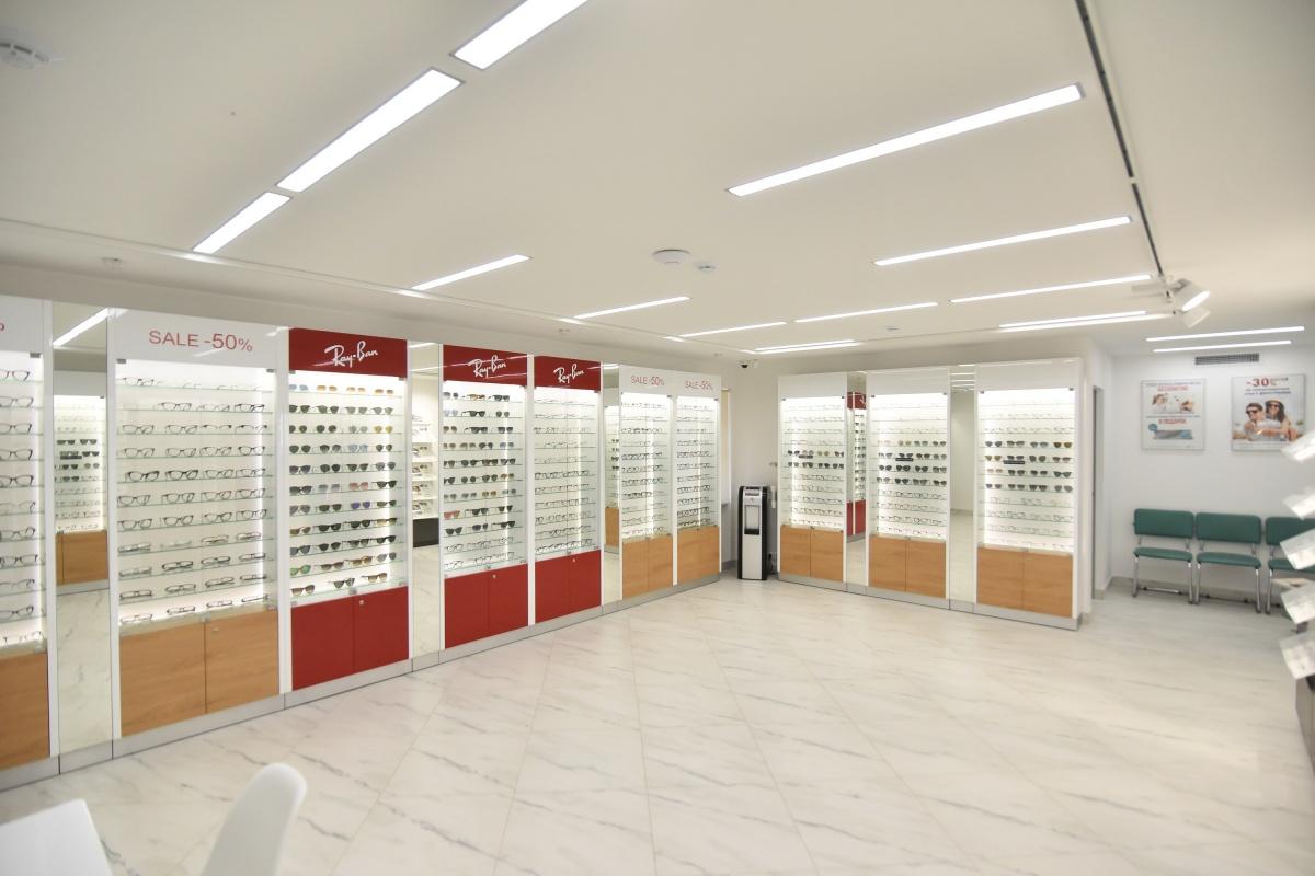 В салоне есть пять витрин брендовой оптики со скидкой 50%. С полным списком брендов, участвующих в распродаже, можно ознакомиться на сайте