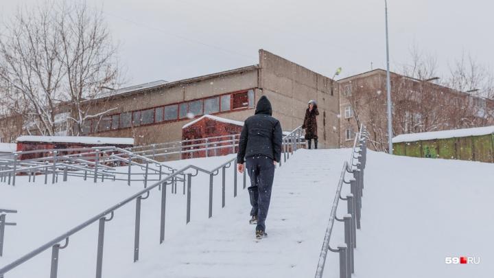 Построить построили, а почистить забыли: в Перми переход с 26 поворотами завалило снегом