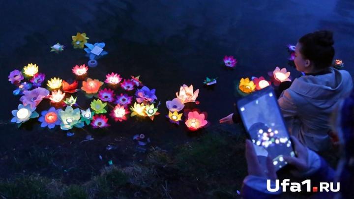 В Уфе спустили на воду сотни светящихся фонариков