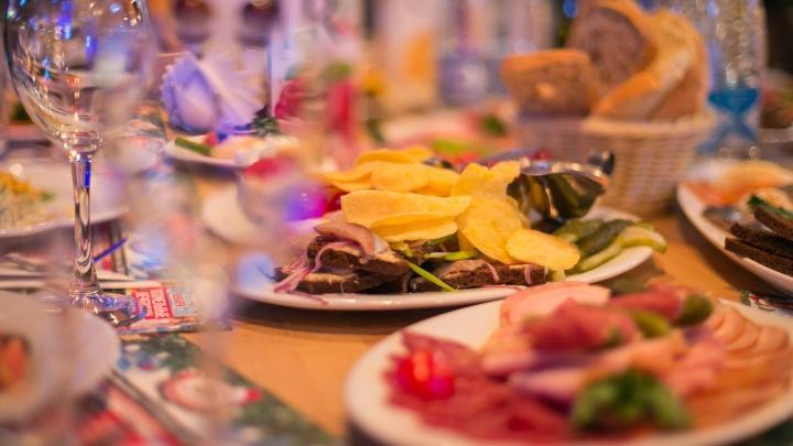 Накрыть новогодний стол на семью из трех человек обойдется в 5229 рублей: что покупаем