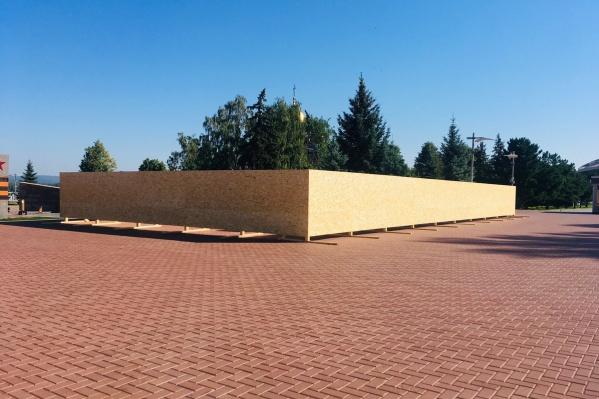 Обновить стену решили впреддверии 75-летия Победы