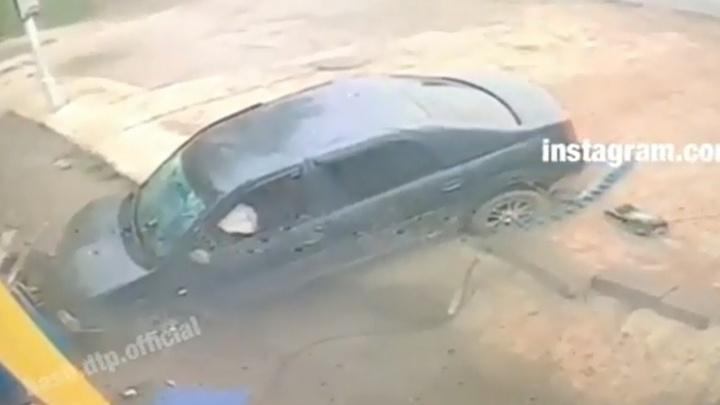 В Уфе иномарка влетела в здание шиномонтажа: момент аварии попал на видео