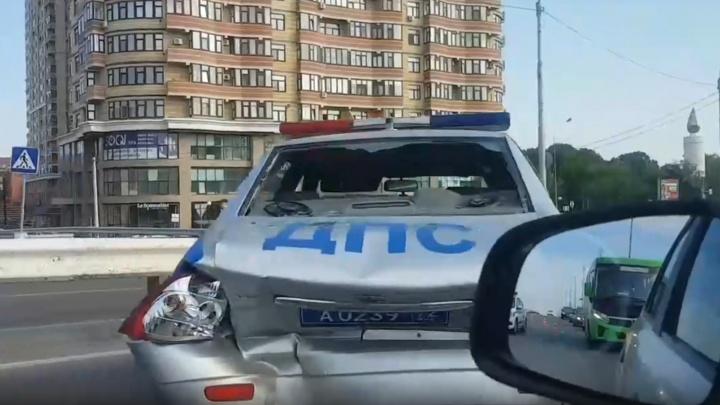 В патрульную машину, остановившуюся из-за пьяного пешехода на Мельникайте, врезалась KIA