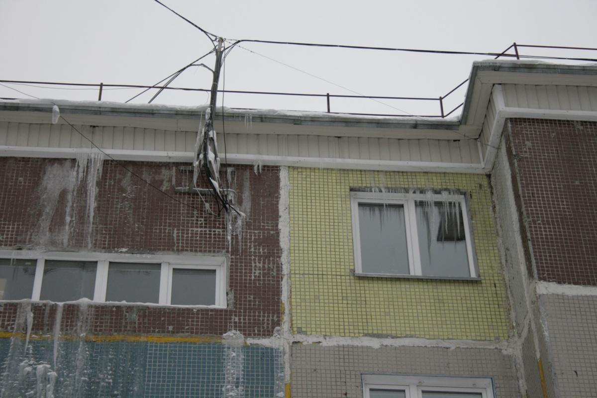 Снег на крыше тает из-за неправильной теплоизоляции крыши, а талая вода стекает в квартиры и по фасаду, образуя сосульки