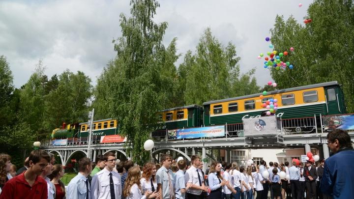 Украшенный шарами поезд проехал по Заельцовскому парку
