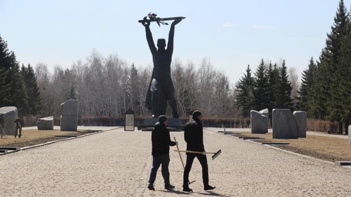Мэр Омска и чиновники убрались в чистом парке Победы