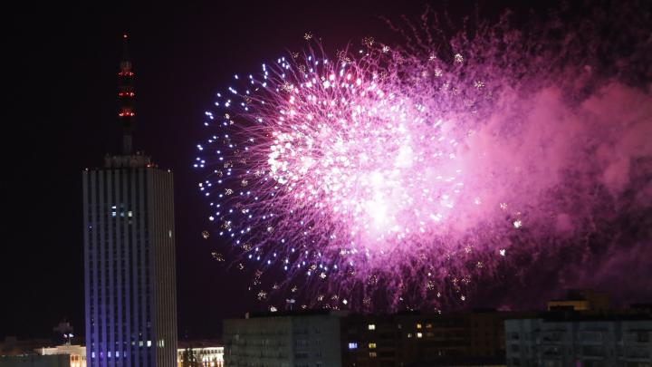 Праздничные огни в северном небе: каким был новогодний салют в Архангельске