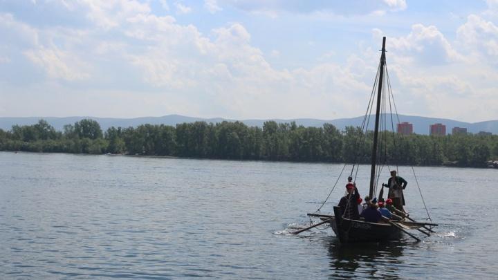 Шесть человек решили проплыть по Енисею из Красноярска на казачьей лодке образца XV века