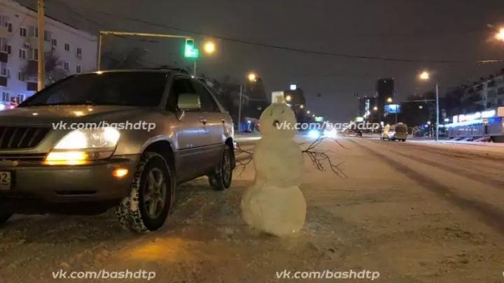Забава или правонарушение: уфимцы сфотографировали снеговиков прямо на проезжей части