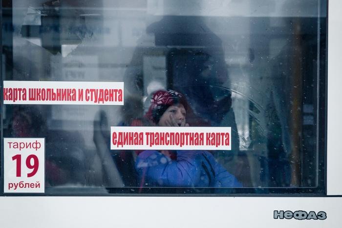 Школьникам и студентам не разрешили ездить по картам в областном автобусе