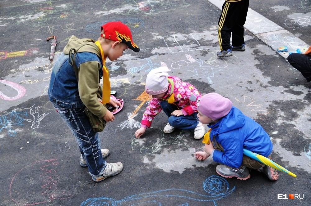 Воспитатели советуют показать детям игры, в которые мы сами играли в детстве