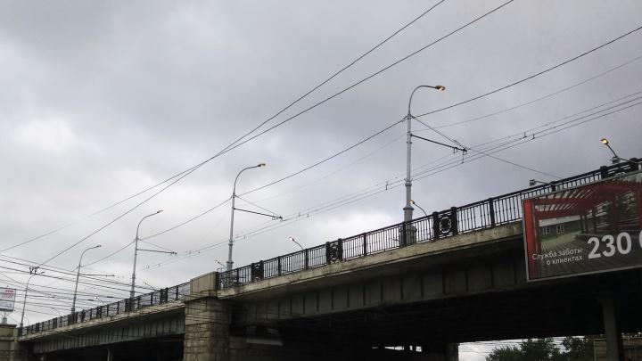 На Коммунальном мосту зажгли фонари в девять часов утра