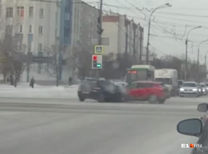 Зелёный сигнал горит для водителя чёрного автомобиля
