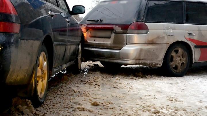 Задел чужую машину и сбежал: новосибирцы массово просят посадить их в тюрьму, чтобы не лишиться прав
