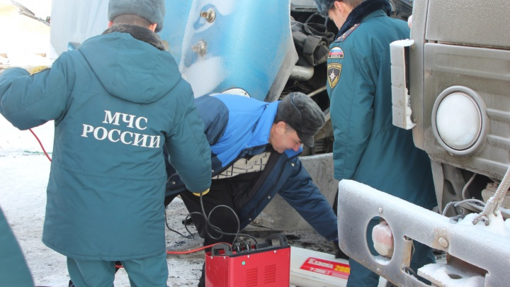 Тюменские спасатели за сутки отогрели двух водителей. В машине третьего устранили утечку газа