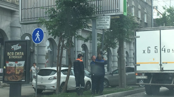 У запаркованного тротуара в центре Новосибирска поставили угрожающую табличку с ошибкой