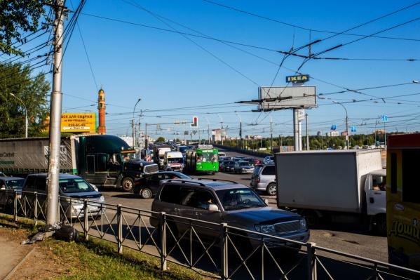 Из-за неработающего светофора пробка растянулась до «МЕГИ»