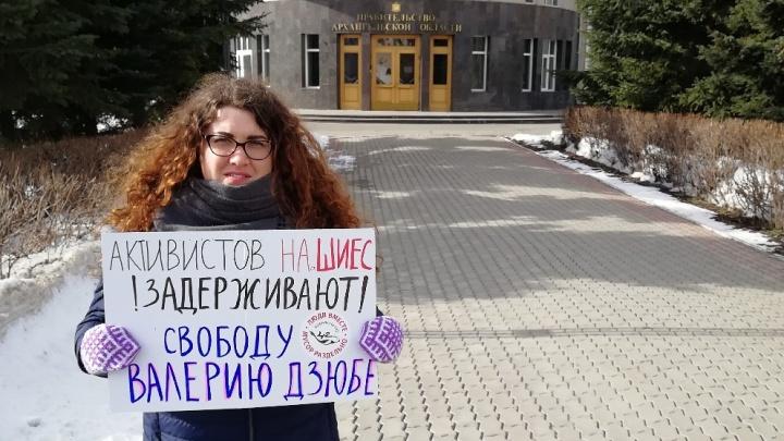 К зданию правительства Поморья люди вышли с пикетами в поддержку задержанного на Шиесе активиста