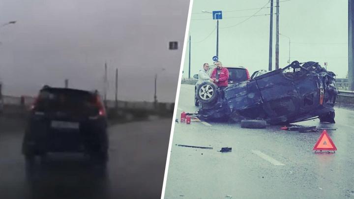 Появилось видео, как в Ярославле на скользкой дороге перевернулась иномарка