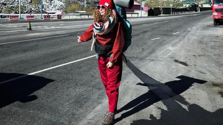 Будь энергичным, но не носи одежду с декольте: правила автостопа от уральцев, уехавших в кругосветку