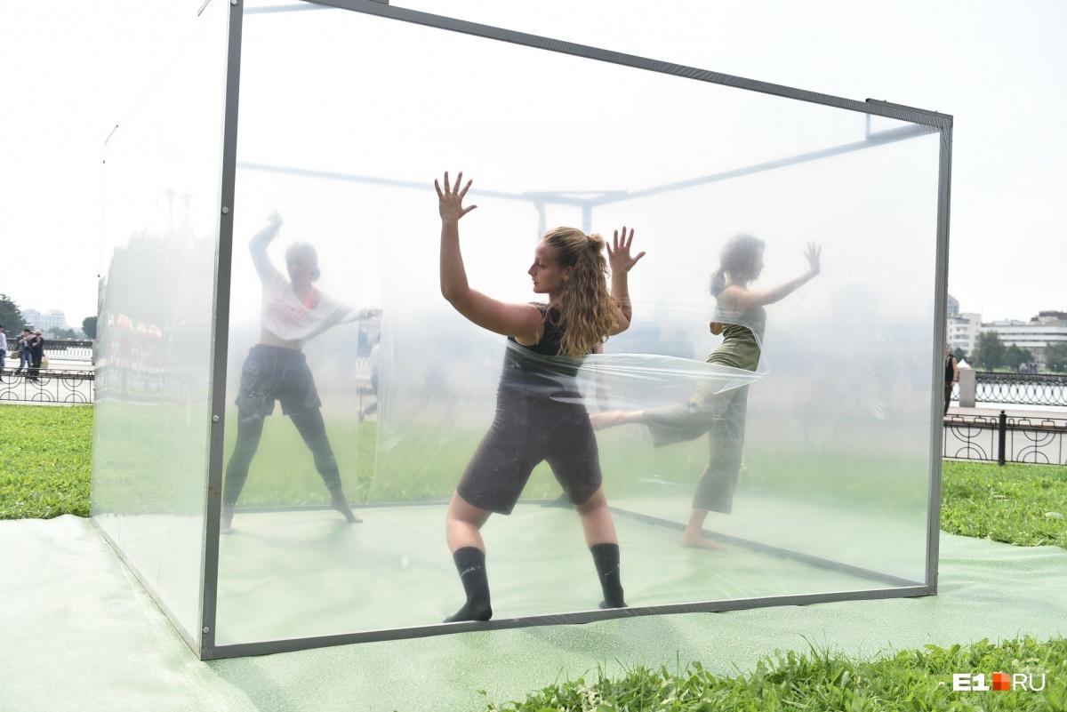 Был и вот такой перформанс: девушки танцевали в кубе, обтянутом пленкой