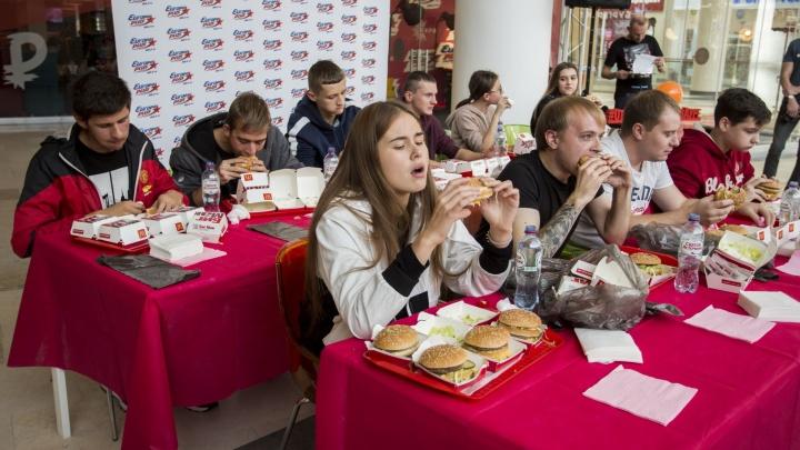 Новосибирец съел шесть бургеров за 18 минут и получил сертификат в фитнес-клуб