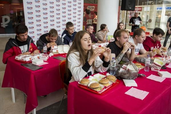 Среди участников конкурса оказалось три девушки — одной из них удалось продержаться до конца соревнования и съесть четыре «Биг-Мака»