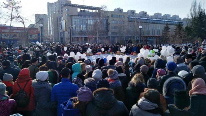 Сотни омичей принесли цветы в сквер: видеотрансляция с акции памяти о жертвах трагедии в Кемерово