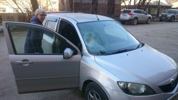 Камень с крыши дома разбил лобовое стекло машины в Бердске