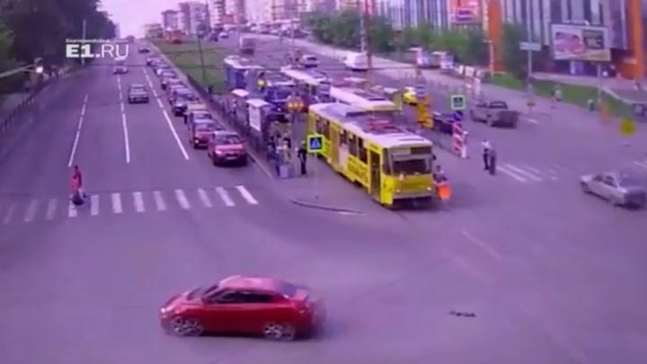 Женщина-водитель взбесившегося трамвая пыталась остановить его руками: как всё начиналось