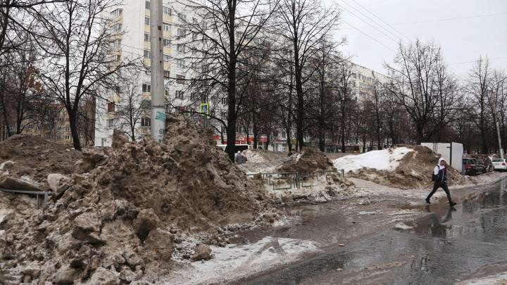 В администрации Уфы рассказали, когда с обочин вывезут весь грязный снег