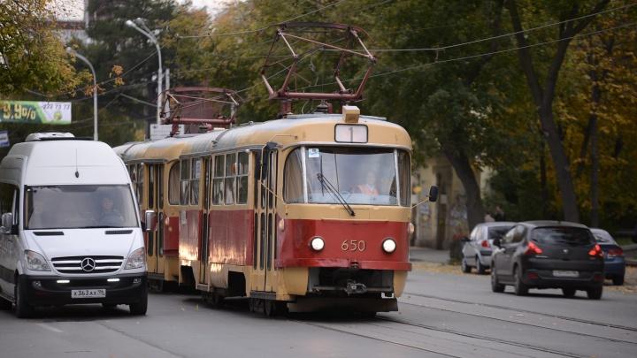 На ВИЗе закроют движение трамваев из-за ремонта путей