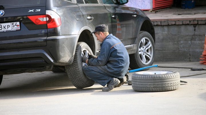 В шиномонтажках Красноярска водители начали «переобуваться» в зимнюю резину