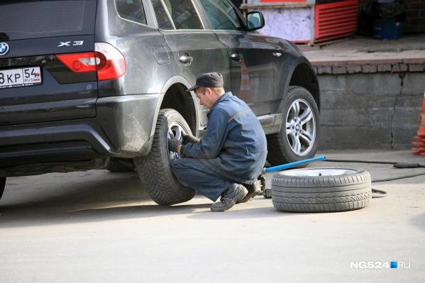 Работники шиномонтажа сообщают о первых водителях, сменивших резину в сентябре
