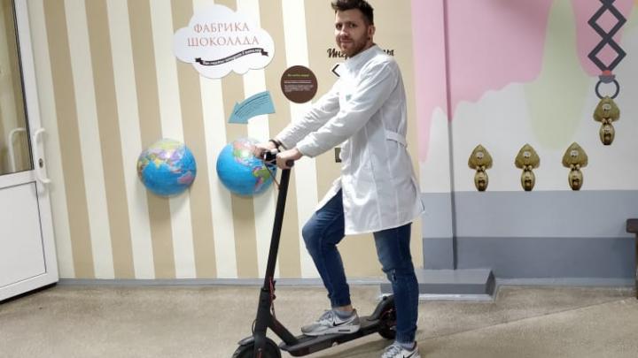 «На вызов с ветерком»: педиатров челябинской поликлиники посадили на электросамокаты