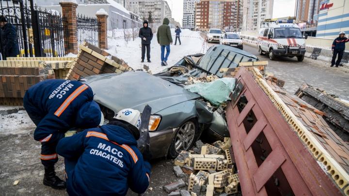«Арка была сделана великолепно»: что известно про ЧП с раздавленной машиной у «Сибирского Молла»