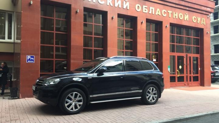 «Я паркуюсь, как...»: автохам на внедорожнике у входа в областной суд и машины на коврах в Ямальском