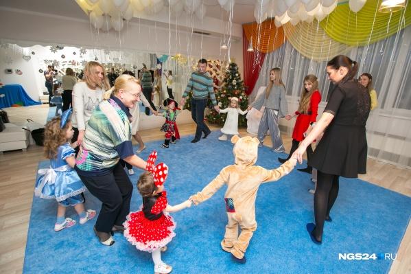 Часто новогодние утренники проходят по сценарию, поэтому ребёнку просят подобрать конкретный костюм