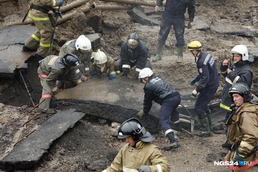 Спасатели несколько часов разбирали огромные обломки, придавившие людей в машине