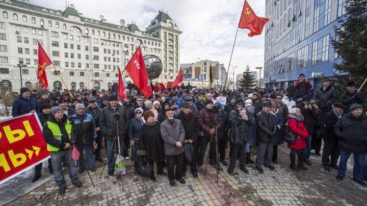 «Хватит!»: сотни новосибирцев собрались на митинге против новых законов и реформ