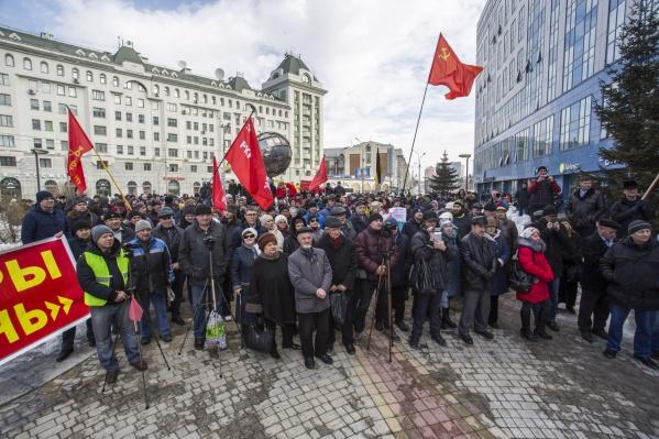 На митинге собралось не меньше 200 новосибирцев, объединились сразу несколько небольших партий и движений