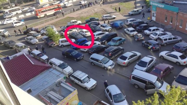 Жители домов у мечети на Металлургов опаздывают на работу из-за брошенных авто
