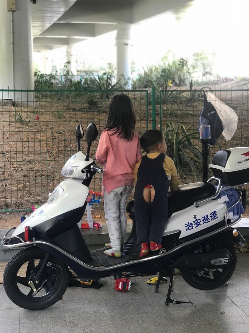 Подгузники в Китае не используют, зато надевают вот такие штанишки, чтобы ребенок мог сходить в туалет, когда захочет