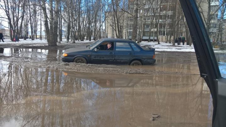 Весна пришла: в Ярославле костромич на легковушке застрял в огромной луже грязи